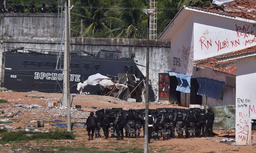 Tropas do Batalhão de Operações Policiais Especiais (BOPE) e do Batalhão de Polícia de Choque (BPChoque) entraram nesta quarta-feira no presídio de Alcaçuz, na Região Metropolitana de Natal Foto: Josemar Gonçalves/Stringer/Reuters