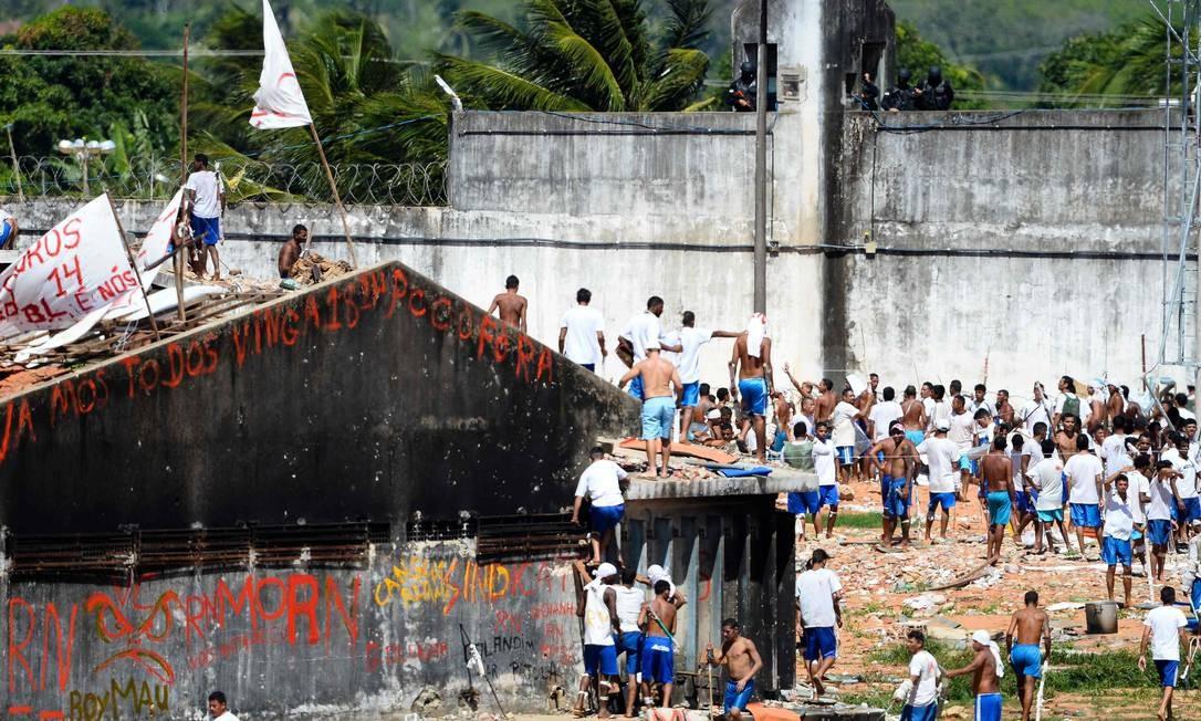 Os policiais farão a triagem dos detentos que serão transferidos para outra unidade prisional Foto: ANDRESSA ANHOLETE / AFP