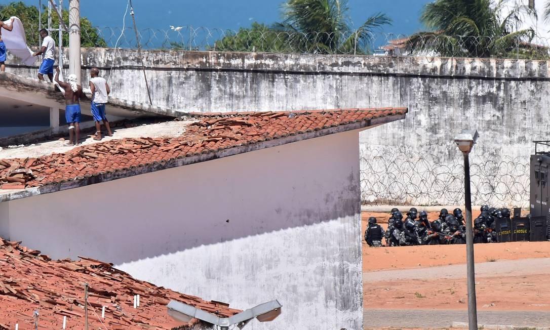 Houve intensa negociação entre policiais que atuam nas guaritas da penitenciária e presos para a operação Foto: Josemar Gonçalves/Stringer/Reuters