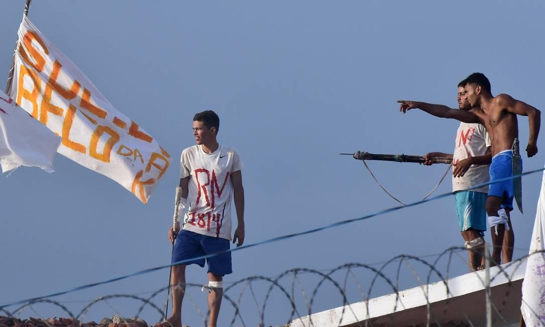 A rebelião na Penitenciária de Alcaçuz foi iniciada no último sábado, e já dura cinco dias Foto: Josemar Gonçalves/Stringer/Reuters