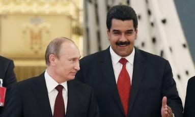 Vladimir Putin ao lado do venezuelano Nicolás Maduro em fórum sobre energia em Moscou, em 2013 Foto: YURI KOCHETKOV / AFP