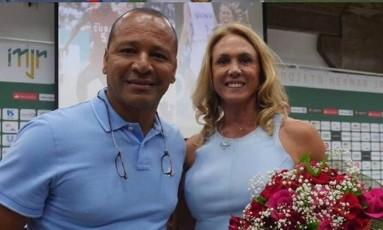 O pai de Neymar com Hortência, ídolo do vôlei Foto: Reprodução