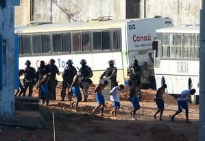 PM transfere 220 presos da Penitenciária de Alcaçuz, no Rio Grande do Norte Foto: ANDRESSA ANHOLETE / AFP