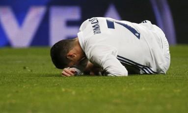 Cristiano Ronaldo cai no gramado na derrota do Real para o Celta, pela Copa do Rei Foto: JUAN MEDINA / REUTERS