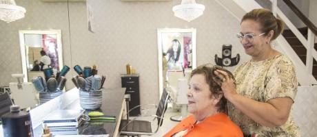 Salão de beleza. No Milzana Azevedo, receita foi trocar lâmpadas e fazer revisão de aparelho de ar-condicionado Foto: Ana Branco / Ana Branco