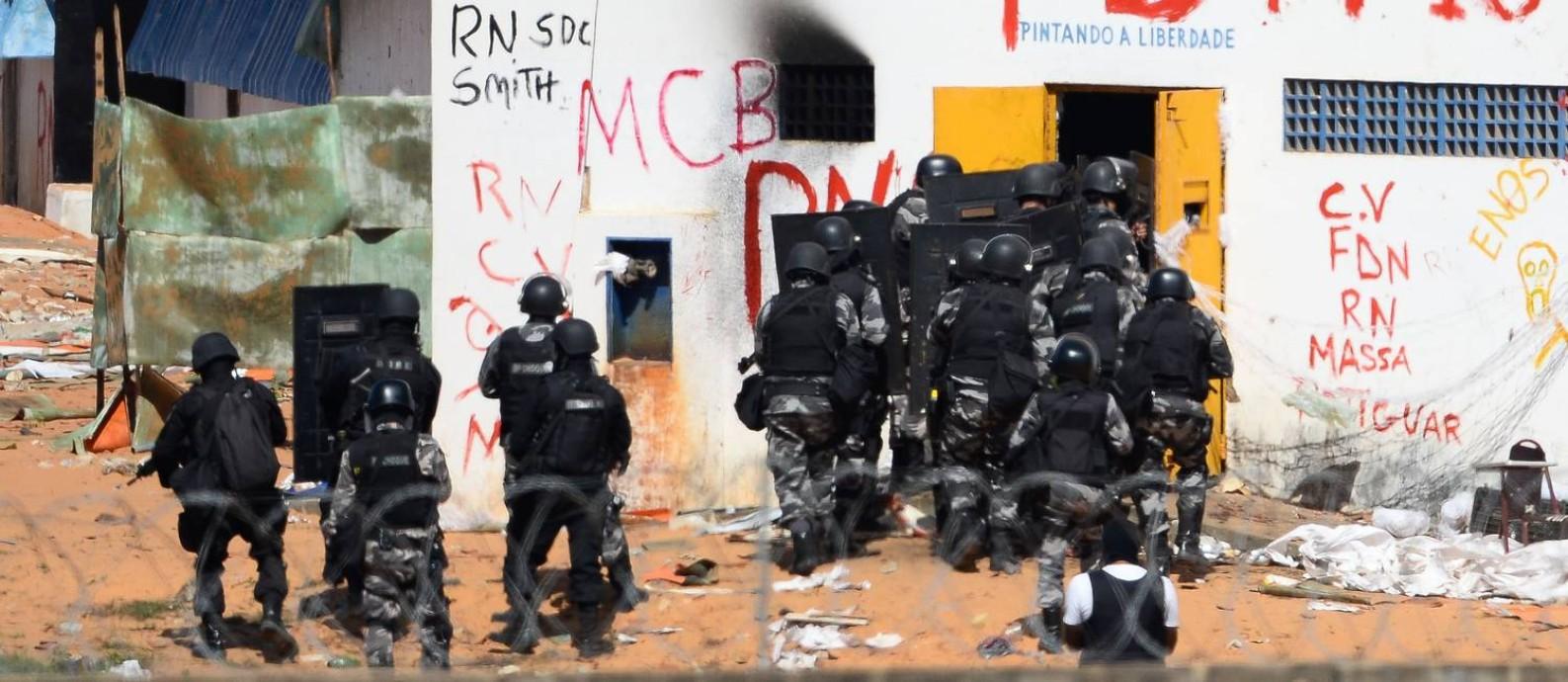 PM entra em presídio do RN para transferir presos Foto: ANDRESSA ANHOLETE / AFP