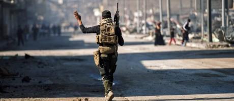 Soldado iraquiano patrulha Mossul: parte leste da cidade foi reconquistada das mãos do Estado Islâmico Foto: DIMITAR DILKOFF / AFP