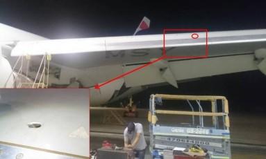 A marca do tiro na asa esquerda do avião Foto: Reprodução
