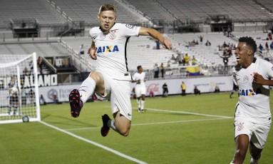 Marlone pula para comemorar o segundo gol do Corinthians sobre o Vasco Foto: GREGG NEWTON / AFP