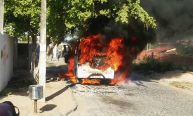 Em Parnamirim, bandidos mandaram os passageiros descerem e atearam fogo em um micro-ônibus Foto: Divulgação/PM
