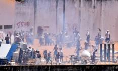 Confronto entre fações no presídio Alcaçuz, em Natal, RN Foto: STRINGER / REUTERS/Josemar Goncalves