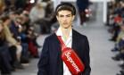 O streetwear invadiu de vez a passarela da Louis Vuitton. Na semana de moda masculina de Paris, a grife revelou a sua parceria com uma das marcas mais faladas do momento, a Supreme Foto: PATRICK KOVARIK / AFP