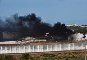 Penitenciária de Alcaçuz é tomada por fumaça após presos colocarem fogo dentro de pavilhão Foto: Josemar Goncalves / Reuters / 19-1-2017
