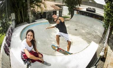A apresentadora, atriz e DJ Diana Bouth e o produtor Akira Matsui na casa da Gigóia: à frente do projeto, que terá cinco edições Foto: Guito Moreto / Agência O Globo