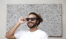 Rafael Garcia Dutra com um dos modelos de óculos da marca que criou, a Joplins, com armação de bambu Foto: Fabio Rossi / Agência O Globo