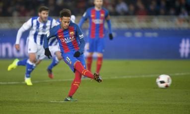Neymar cobra o pênalti que garantiu a vitória do Barcelona sobre o Real Sociedad Foto: VINCENT WEST / REUTERS