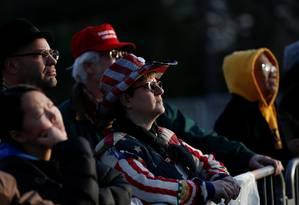 Apoiadores de Trump acompanham show inaugural no Memorial Lincoln, na véspera da posse Foto: SHANNON STAPLETON / REUTERS