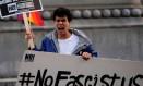 Bandeira mais forte. Homem protesta contra Trump em Washington: momento de luta Foto: JAMES LAWLER DUGGAN / REUTERS/18-1-2017