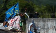 Detentos ocupam telhado do presídio de Alcaçuz na região metropolitana de Natal, no Rio Grande do Norte Foto: ANDRESSA ANHOLETE / AFP