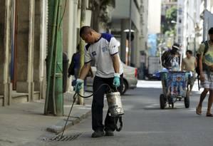 Agentes da Secretaria Municipal de Saúde vão à campo para combater o mosquito aedes aegypti Foto: Gabriel de Paiva / Agência O Globo