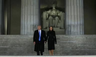 Trump e Melania são ovacionados pelo público no Memorial Lincoln Foto: JONATHAN ERNST / REUTERS