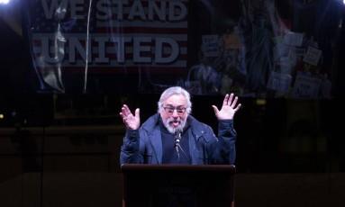 O ator Robert De Niro discursa em protesto contra Donald Trump, na porta de um hotel do magnata em Nova York Foto: BRYAN R. SMITH / AFP