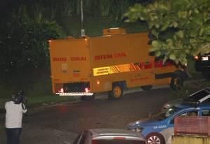 Corpo do ministro do STF Teori Zavascki é transportado em rabecão de Paraty para o IML de Angra dos Reis Foto: Domingos Peixoto / Agência O Globo