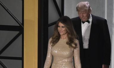 Os eventos da posse do presidente eleito dos EUA, Donald Trump, começaram na noite de quarta-feira, com um jantar de gala em Washington. E é claro que as escolhas fashion da mulher de Trump, Melania, e de suas filhas, Ivanka e Tiffany, movimentarão o mundo da moda. Para o primeiro evento, Melania escolheu este vestido champanhe Reem Acra Foto: MANDEL NGAN / AFP