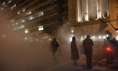Manifestantes acendem fogo fora do National Press Club, em Washington Foto: PAUL J. RICHARDS / AFP
