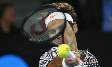 O suíço Roger Federer devolve a bola no passeio contra o tcheco Tomas Berdych Foto: EDGAR SU / REUTERS