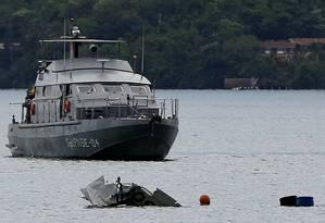 Navio da Marinha ajuda no resgate dos corpos das vítimas do acidente aéreo que matou o ministro Teori Zavascki Foto: BRUNO KELLY / REUTERS