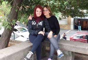 A massoterapeuta Maíra Pana, de 23 anos, e sua mãe, Maria Hilda Panas, de 55 anos, viajavam no avião que caiu em Paraty com o ministro Teori Zavascki Foto: Reprodução Facebook