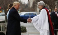 Trump cumprimenta pastor na chegada a cerimônia religiosa antes da sua posse; ao fundo, sua mulher, Melania Trump Foto: AP