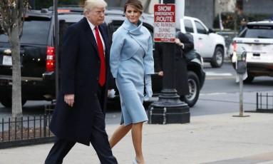 Um vestido azul claro combinando com o casaco, as luvas e o scarpin foi a escolha da futura primeira-dama americana para a cerimônia de posse do marido, Donald Trump Foto: Alex Brandon / AP