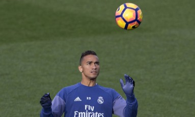 Danilo domina a bola no treino do Real Madrid nesta sexta Foto: Paul White / AP