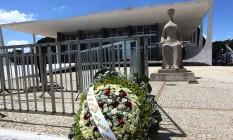 Uma coroa de flores foi clolocada na frente do STF em homenagem ao ministro Teori Zavascki Foto: Givaldo Barbosa / Agência O Globo