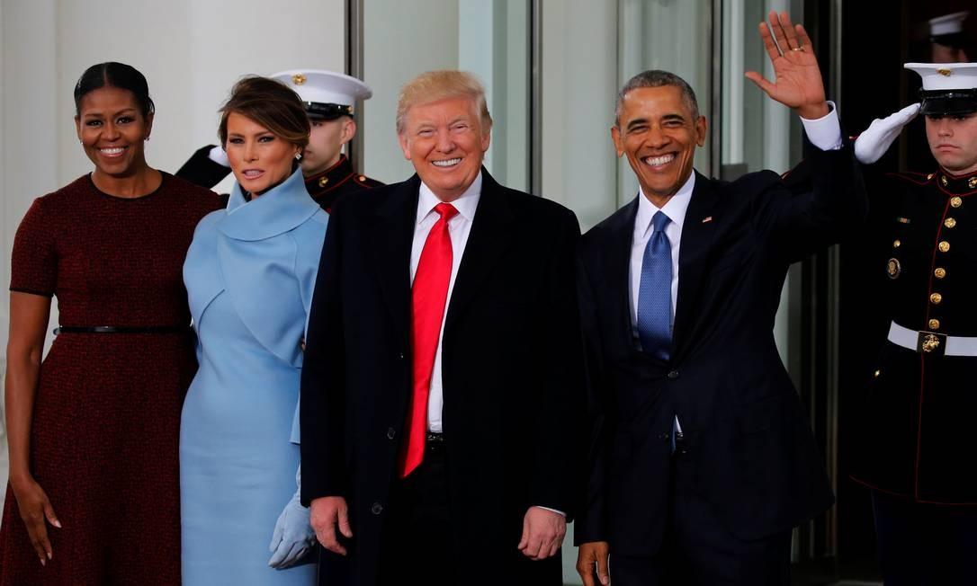 Barack Obama, presidente dos EUA, e sua mulher, Michelle Obama, recepcionam o presidente eleito Donald Trump, e sua mulher, Melania, para um chá na Casa Branca, momentos antes da cerimônia de inauguração. Foto: JONATHAN ERNST / REUTERS