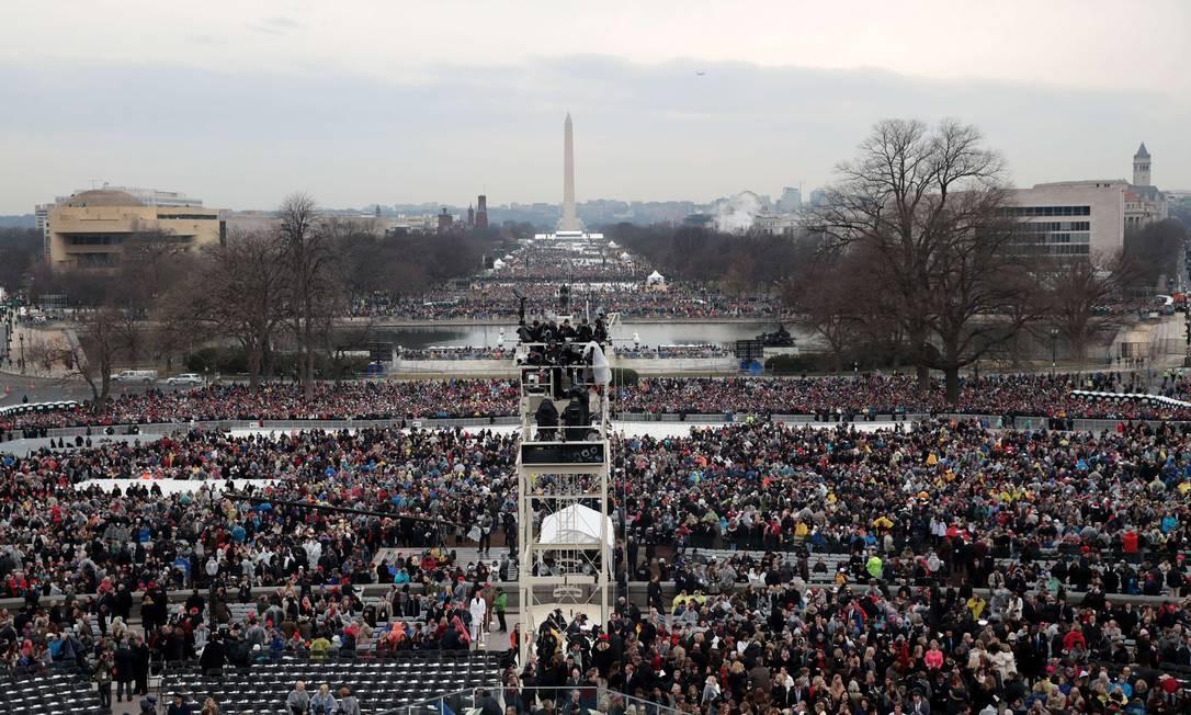 Espectadores lotam o National Mall, localizado em frente ao Capitólio, esperando o começo da cerimônia de posse do presidente eleito Donald Trump. Foto: SCOTT OLSON / AFP