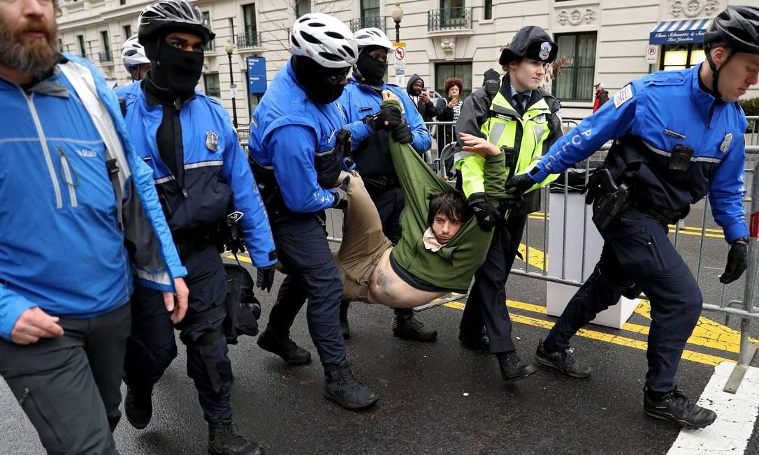 Um manifestante é arrastado da entrada do acesso público no Capitólio, em Washington. Foto: Patrick Smith / AFP