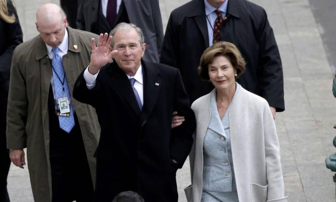 Ex-presidente George W. Bush, acompanhado da esposa Laura, chega ao Capitólio. Ele é um dos ex-presidentes que participará da cerimônia de posse de Donald Trump, em Washington. Foto: POOL / REUTERS