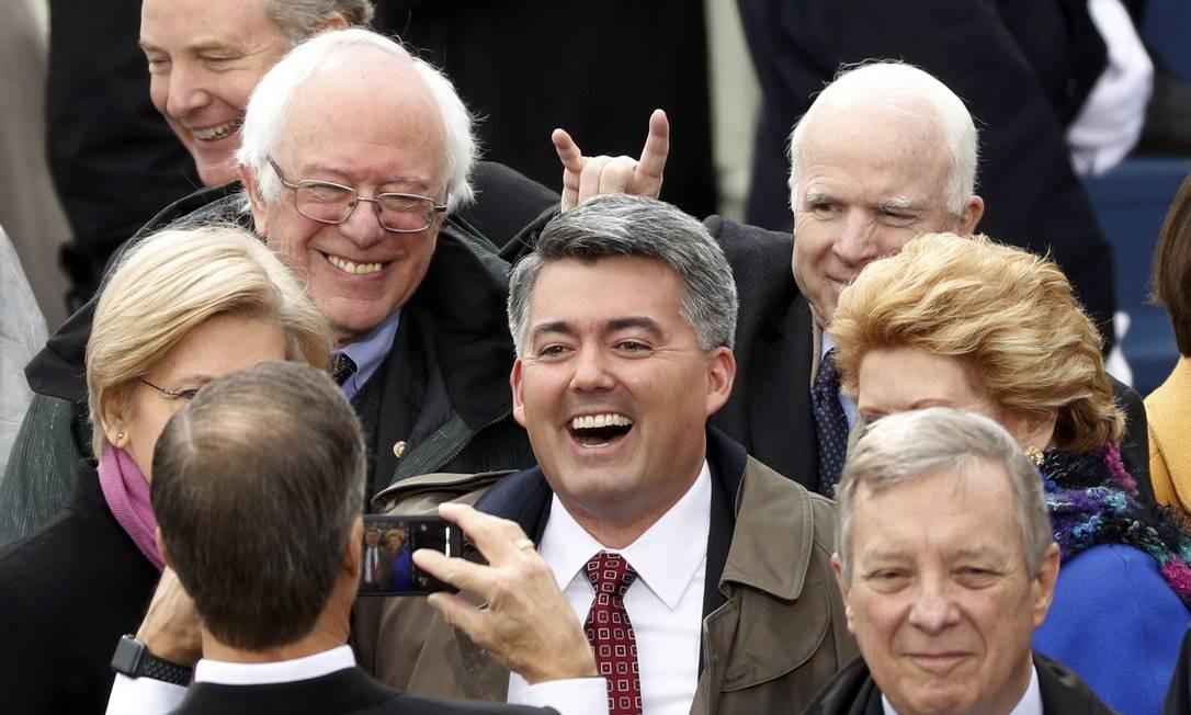 O senador John McCain ao lado de Bernie Sanders na cerimônia de posse de Donald Trump Foto: KEVIN LAMARQUE / REUTERS