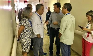 Prefeito e secretário de saúde reunidos com equipe no Hospital Pedro II Foto: Divulgação