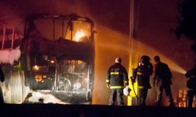 Bombeiros apagam fogo em ônibus incendiado, em Natal Foto: Leo Carioca/Stringer/Reuters/18-01-2017