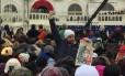 Manifestante ergue cartaz com a frase 'Nós o povo' Foto: Henrique Gomes Batista