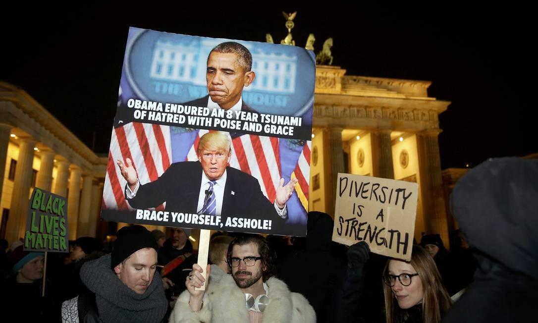 Manifestantes Anti-Trump se reuniram no Portão de Brandenburg, em Berlin. Foto: HANNIBAL HANSCHKE / REUTERS