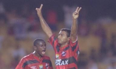 Romário comemora um de seus gols pelo Flamengo Foto: Júlio César Guimarães - Arquivo
