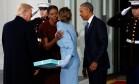 Melania Trump segura caixa enquanto cumprimenta Michelle Obama: presente causou confusão ´ Foto: Jonathan Ernst / Reuters