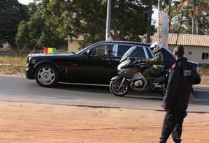 A caravana da delegação dos líderes do bloco do Oeste Africano deixa a residência oficial do presidente de Gâmbia após convencerem Yahya Jammeh a renunciar Foto: AFOLABI SOTUNDE / REUTERS