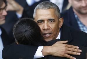 Ex-presidente Obama abraça simpatizante após posse de Donald Trump Foto: Steve Helber / AP