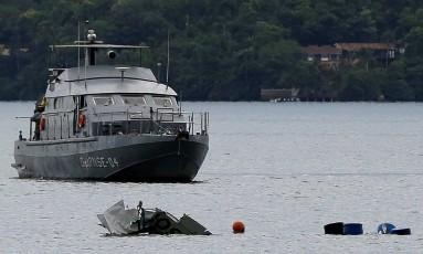 Partes do avião bimotor que caiu no mar de Paraty com o ministro Teori Zavascki Foto: Bruno Kelly / Reuters